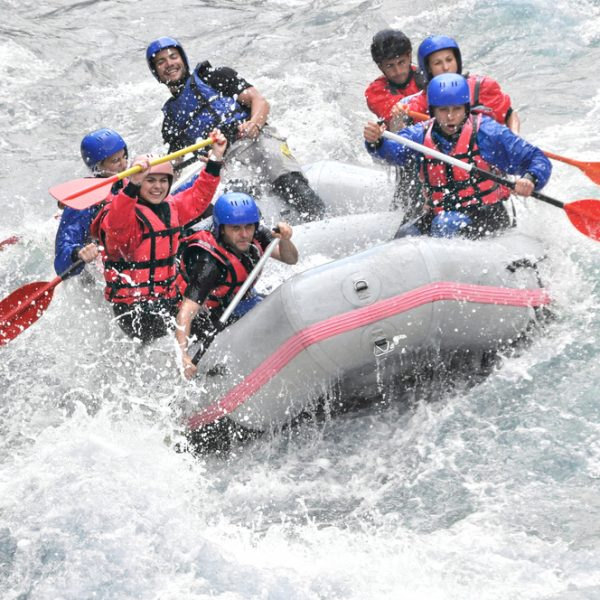 Extreme sports team building: White water rafting